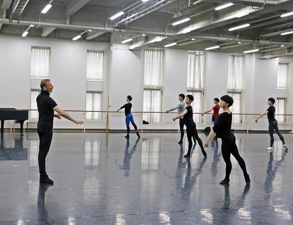 cfe41813c91f9 今回、バレエ団連盟としては5度目の招聘となるフォーゲル氏は「ツマサキ」など時折日本語の単語も交えながら、ダンサーたちを丁寧に指導。