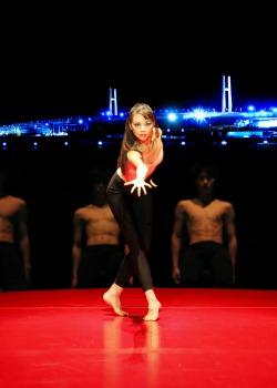 日本では野外での公演の機会はなかなかありませんが、このたび横浜市がこの夏開催するダンスイベント、「ダンス・ダンス・ダンス@ヨコハマ2012」の開幕公演として、